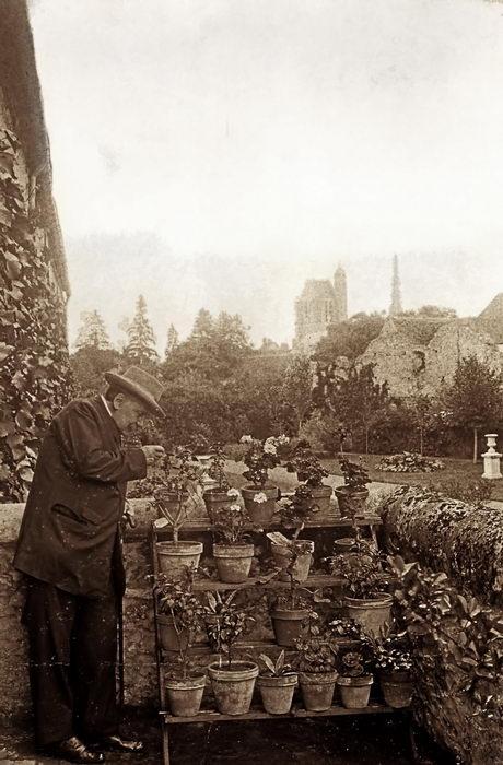 Massenet arrosant des plantes à la Grange de Champarts (château d' Egreville vers 1905)